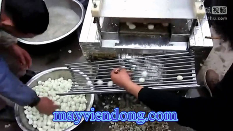 Máy lột vỏ trứng cút làm bánh bao