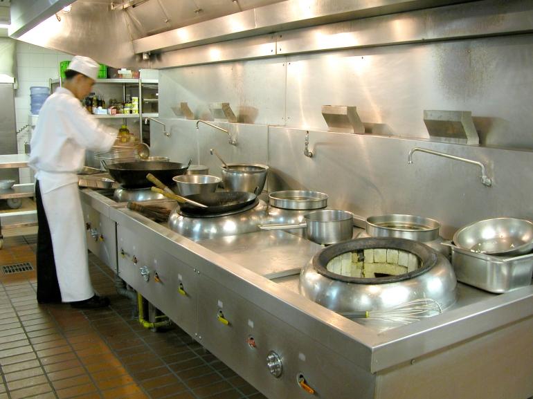 Vòi nước được bố trí ngay trên thành bếp
